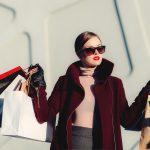 vrouw met veel tassen tijdens het shoppen